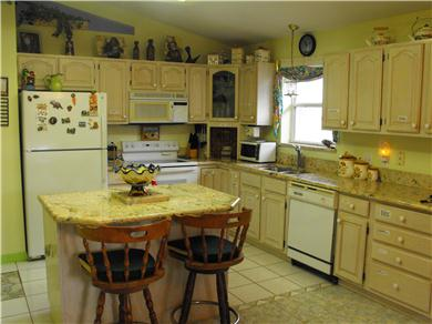 BEAUTIFUL HOUSE FENCED ON 2 ACRES WITH POOL AND PLAYROOM Vacation Rental kitchen