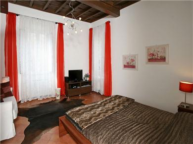 Cynthia - via del Governo Vecchio, 96 00186 Rome #8 2 fl Vacation Rental camera rossa - red roses